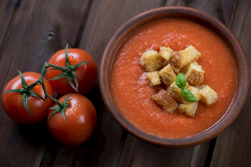 Gazpacho mit gerösteten Knoblauchcroutons