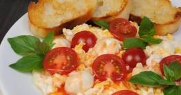 Rührei mit Tomaten und Mozzarella