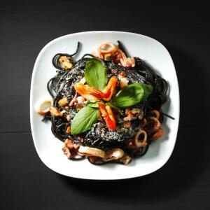 Schwarze Pasta mit Tintenfischsauce
